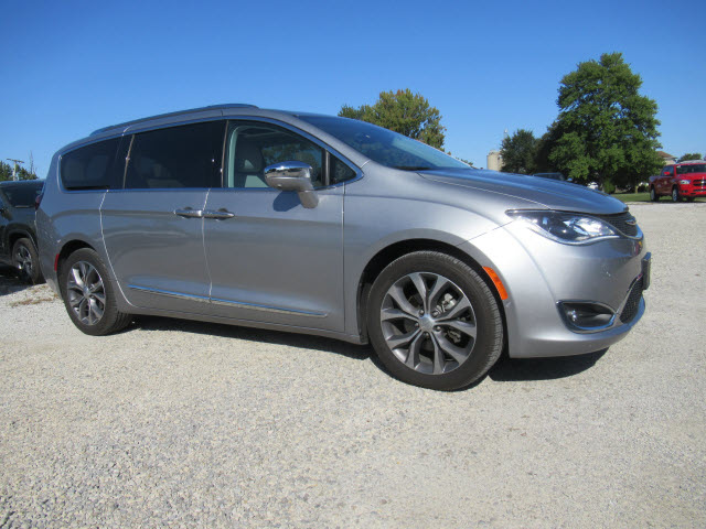 Pre-Owned 2017 Chrysler Pacifica Limited w/Nav